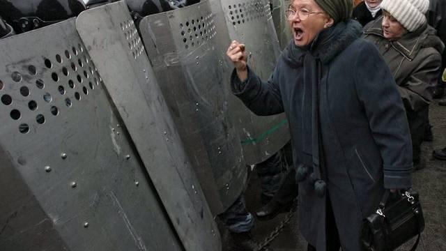 Eine Frau bekundet St. Petersburgern Polizisten ihren Unmut (Symbolbild/Archiv)