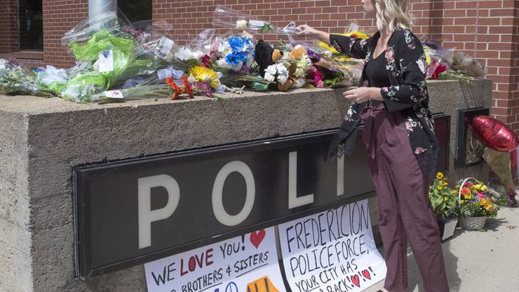 Blumen vor der Polizeistation in Fredericton für die zwei getöteten Polizisten.