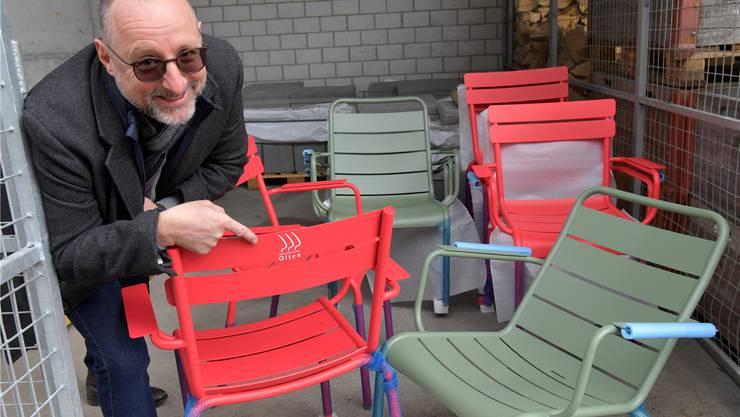 Die Grenchner Stühle wurden mit der falschen Beschriftung geliefert. Mike Brotschi, Projektleiter Standortförderung der Stadt, zeigt die Metall-Sitzgelegenheiten.