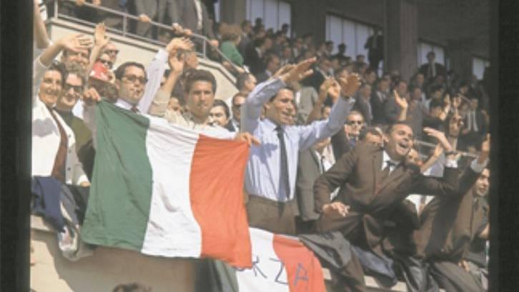 Im Sportmuseum entdeckt (8): Die italienischen Gastarbeiter in der Schweiz feuern ihre Squadra Azzurra an.