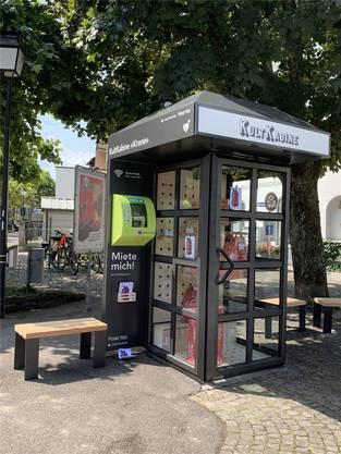 Beim Kronenplatz werden Blachenartikel gezeigt.