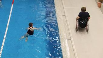 Begleitung am Beckenrand: Elsbeth Fuhrer stoppt die Zeit, die Cristina Calabrese braucht, um 25 Meter zu schwimmen.