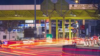 Mitarbeiter der Eidgenössischen Zollverwaltung in Thayngen konnten den randalierenden Lieferwagen-Chauffeur schliesslich stoppen. (Archivbild)