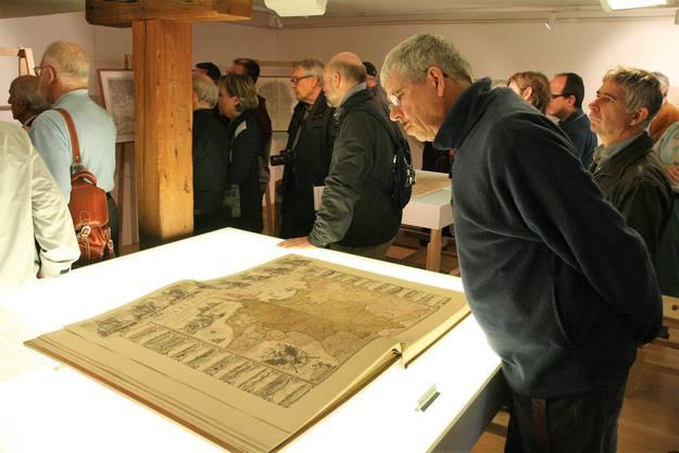 Die neue Ausstellung im Museum Schiff in Laufenburg ist den historischen Landkarten der Hochrheinregion gewidmet;Besucher beim Betrachten der historischen Landkarten