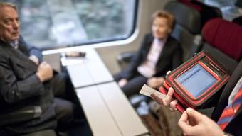 Gehört dieses Bild bald der Vergangenheit an? 2018 kommt das automatische ÖV-Ticket fürs Handy.