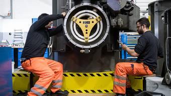 Zwei Arbeiter in der SBB-Cargo-Werkstätte in Bellinzona. (Archivbild)