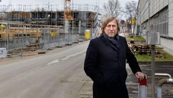 Peter Baumann vor der Baustelle im neuen Quartier Riverside, das ein Vorzeigeprojekt der Energiestadt werden soll.