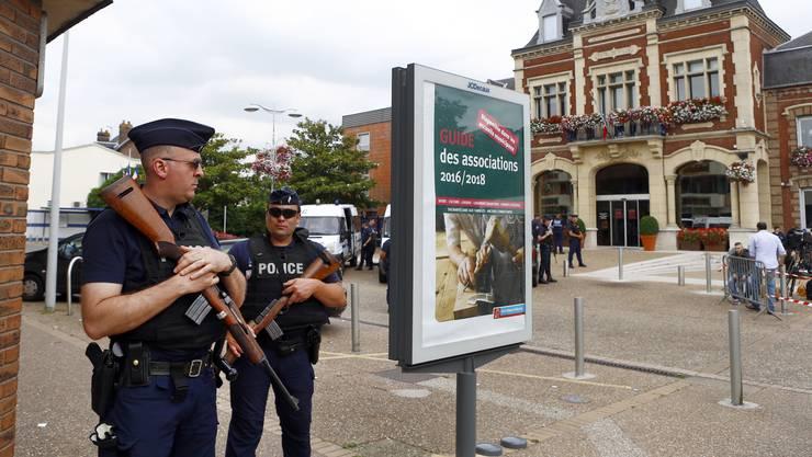 Polizisten patrouillieren in Saint-Etienne-du-Rouvray, nachdem zwei Geiselnehmer in der Kirche einen Priester ermordet haben.