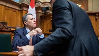 FDP-Nationalrat Hans-Peter Portmann (rechts) im Gespräch mit Aussenminister Ignazio Cassis (links). (KEYSTONE/Peter Klaunzer)