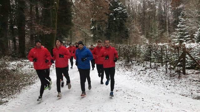 Im winterlichen Wald: Die Spieler des FC Aarau beim Trainingslauf.