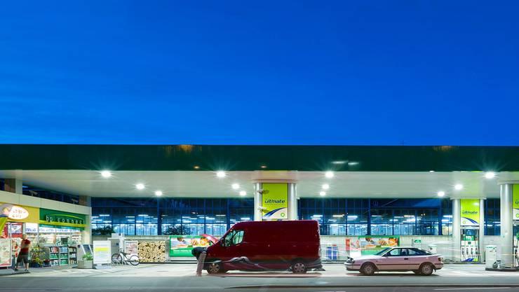 An ihnen entzündet sich der Streit: 24 Tankstellen in der Schweiz dürfen rund um die Uhr geöffnet haben. Sie dürfen allerdings nicht immer all ihre Produkte verkaufen.