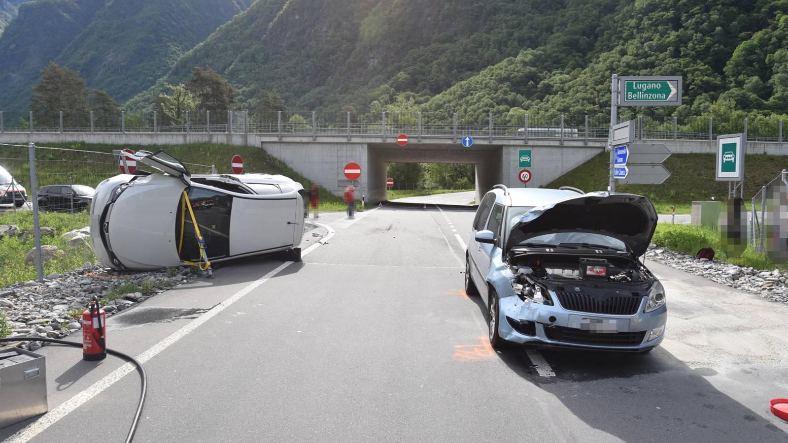 Bei der Kollision landete ein Auto auf der Seite.