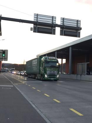 Der Verkehr staut sich auf der Zufahrtsstrasse von Klingnau her.