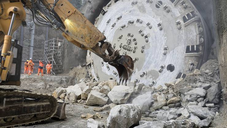 Grosser Moment: Der Bohrkopf Tunnelbohrmaschine des Bözberg-Bahntunnels beim Durchstich.