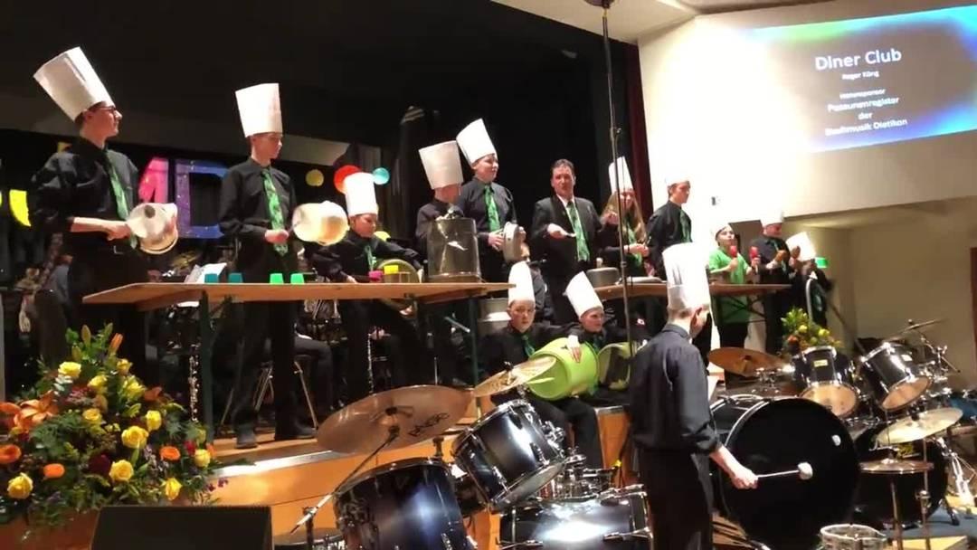 Die Tambouren der Stadtjugendmusik Dietikon «Diner Club» an ihrem Jahreskonzert.