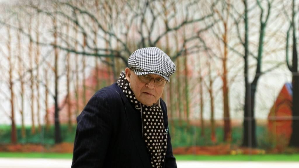 Der britische Künstler David Hockney vor einem Ausschnitt seines Bildes «Bigger Trees Near Warter or/ou Peinture sur le Motif pour le Nouel Age Post-Photographique» (2007): Im kommenden Jahr wird das monumentale Werk in Luzern zu sehen sein. (Archivbild)