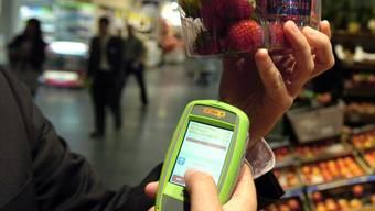 Schweizer Kundinnen und Kunden scannen gemäss einer Studie Lebensmittel gerne selber ein. (Archiv)