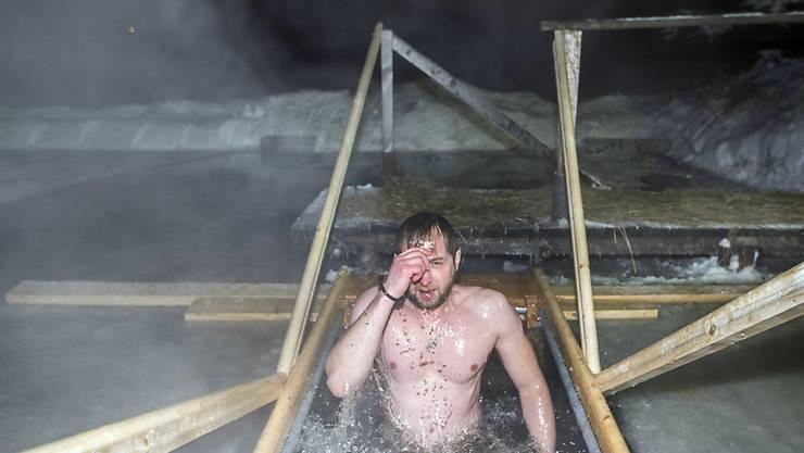 Ein Gläubiger taucht bei einem Kloster in Rostow, nordöstlich von Russland, ins Eiswasser.