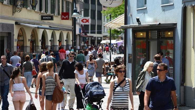 Die Einkaufsstadt Lörrach brummt. Mindestens fünfzehn Prozent der Kunden kommen aus der Schweiz. Derzeit dürften es wegen des Eurokurses mehr sein.