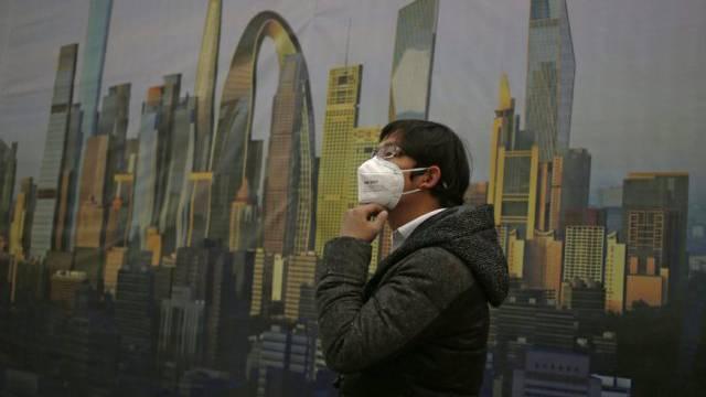 Kaum blauer Himmel in China: Mann mit Maske gegen Smog (Archiv)