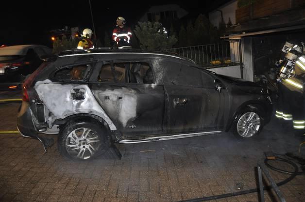 Der Schaden ist erheblich, da auch ein Auto vom Brand betroffen waren.