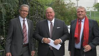 Robert Meier (l.), Präsident des Rotary-Clubs, und sein Programm-Chef Daniel Knecht (r.) begrüssten US-Botschafter Edward McMullen in der «Chämihütte» in Untersiggenthal. Bild: zvg
