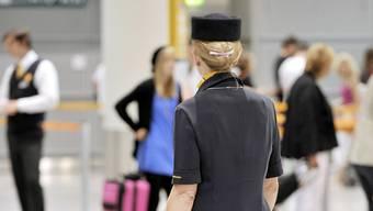 Um ein Date mit einer Stewardess zu erzwingen, hat ein Serbe am Flughafen von Belgrad einen Bombenalarm ausgelöst. Er kam in Untersuchungshaft und muss sich vor Gericht verantworten. (Symbolbild)