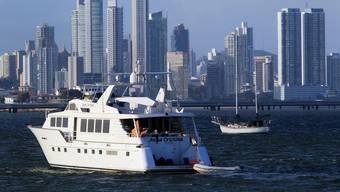 Eine Yacht kreuzt vor der Steueroase Panama-City.