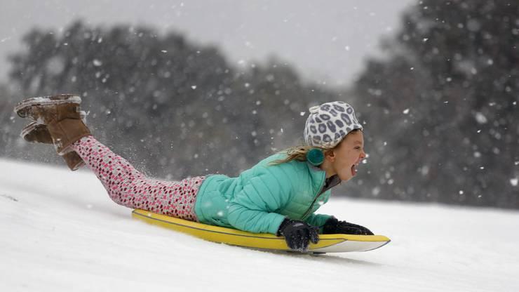 Auch in anderen Südstaaten schneit es erstaunlicherweise. Hier seht ihr ein Kind in South Carolina, welches den Schnee sichtlich geniesst.