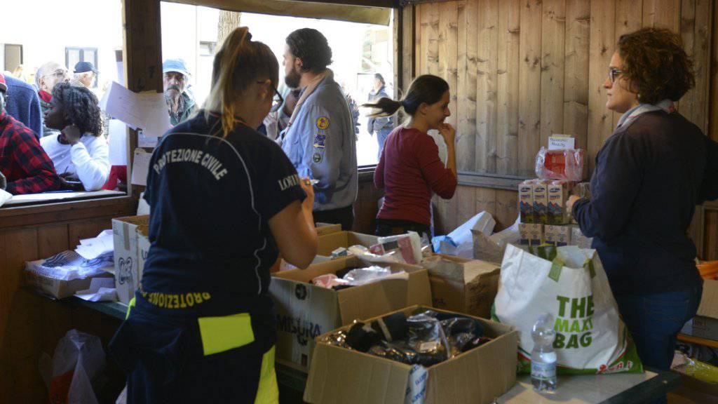 Kleider- und Essensausgabe für Erdbeben-Flüchtlinge in der Adriastadt Porto Sant'Elpidio in der norditalienischen Region Marken.
