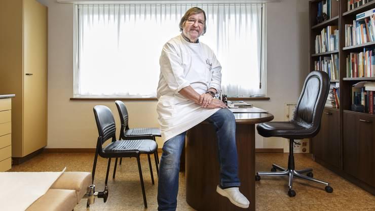 35 Jahre lang arbeitete und lebte er in Günsberg: Reto Dicht muss seine Praxis aufgeben, weil er keinen Nachfolger gefunden hat. Obwohl er seine Praxis auch gratis weitergegeben hätte.
