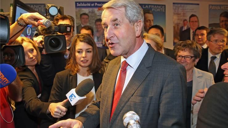 Philippe Richert, künftiger Präsident der Grossregion Elsass/Champagne-Ardenne/Lothringen, bei Interviews am Wahlabend in Strassburg.