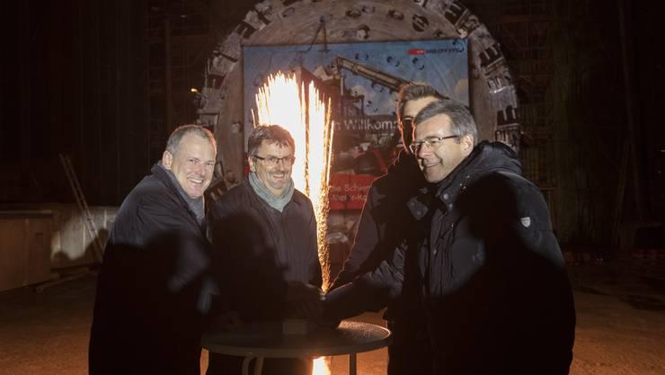 Stephan Attiger (Bau- und Verkehrsdirektor), Peter Füglistaller (Bundesamt für Verkehr), Michail Stahlhut (SBB Cargo) und Ruedi Büchi (SBB Infrastruktur) zünden das Feuerwerk.