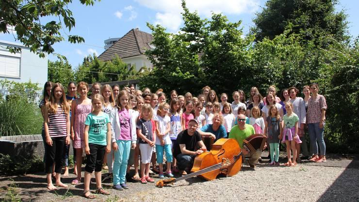 """Der Solothurner Mädchenchor zusammen mit dem Trio """"Pflanzplätz"""""""