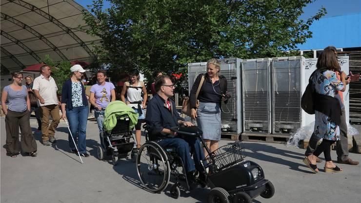 Testlauf auf dem unfertigen Festgelände: Trotz grosser Anstrengungen tritt die eine oder ander Hürde für Menschen mit Handicap zutage.