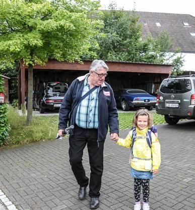 Zora geht mit Opi (Toni Widmer) zum ersten Mal in die Schule in Villmergen.
