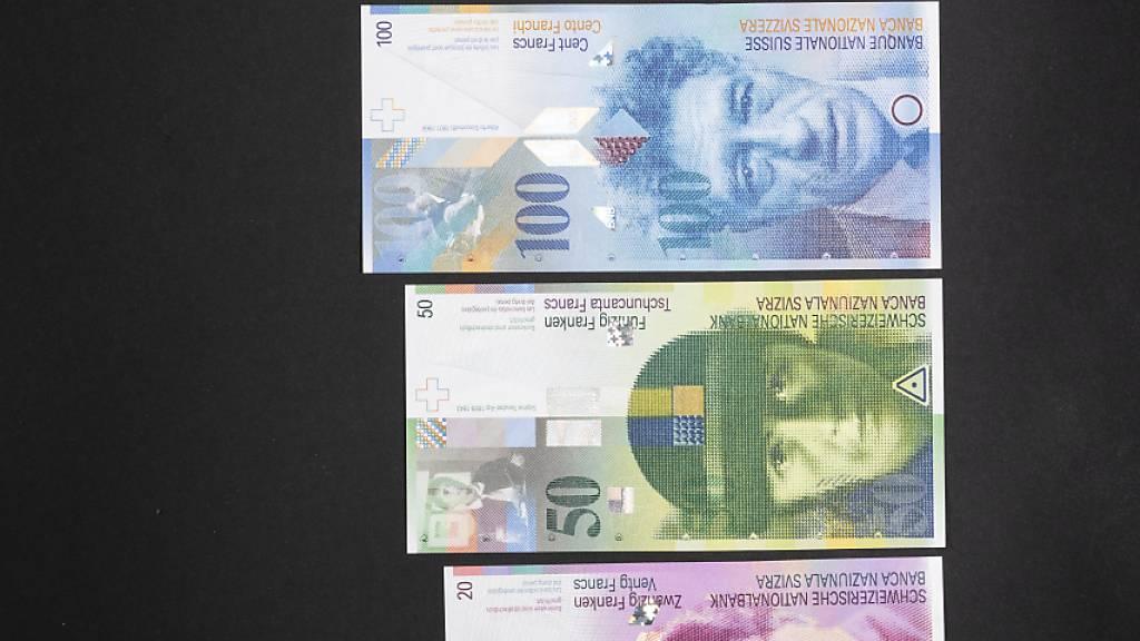 Nach der Ausgabe der neuen Banknoten will die Schweizerische Nationalbank (SNB) nun die vorherige achte Banknotenserie im nächsten Jahr aus dem Verkehr ziehen. (Archivbild)