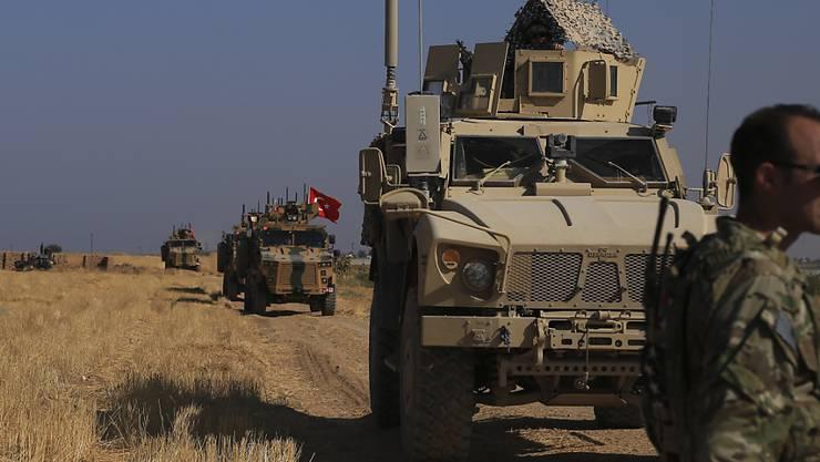 Türkische und amerikanische Soldaten führten am Freitag im syrischen Grenzort Tel Abyad gemeinsam Patrouillen durch. (Bild vom 4. Oktober)
