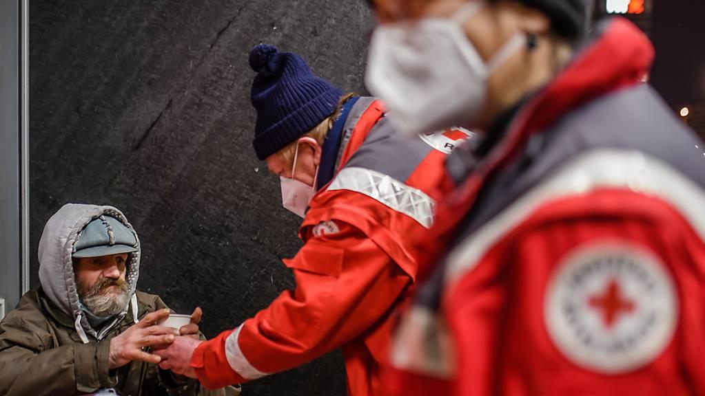 Das Rote Kreuz im Einsatz für Obdachlose am Berliner Alexanderplatz.