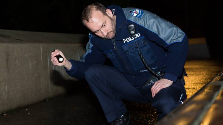 Auf Reportage mit der StaPo Aarau, Absuchen mit der Taschenlampe