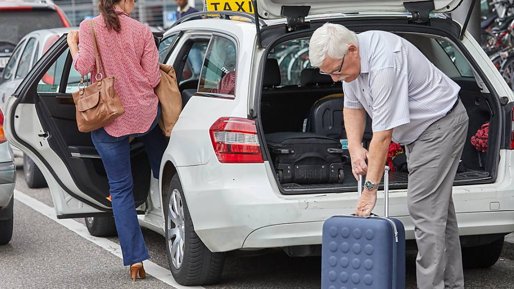 Die Stadt Luzern erlässt wegen der Corona-Pandemie die Hälfte der Gebühren für die Nutzung der öffentlichen Taxistandplätze. (Archivbild)