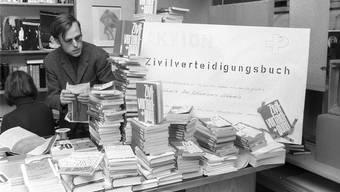 In den Basler Buchhandlungen Steinentor und Tanner in Basel liegen am 19. November 1969 stapelweise Exemplare des «Zivilverteidigungsbüchleins» auf. Dies gleich neben Werken von kritischen Autoren wie Peter Bichsel, Max Frisch und Hans Gmür. Das Zivilverteidigungsbüchlein konnte in den beiden Buchhandlungen gegen Peter Bichsels Buch «Des Schweizers Schweiz» umgetauscht werden. Die Zivilverteidigungsbücher wurden dann an Bundesrat Ludwig von Moos zurückgesandt. Bild: Archiv/Keystone