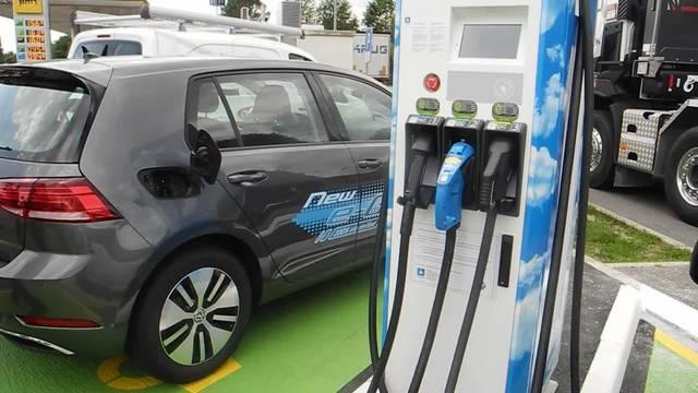 Reaktionen zur neuen Elektrotankstelle an der Autobahn bei Deitingen: «Das ist schneller als zum Arzt gehen»