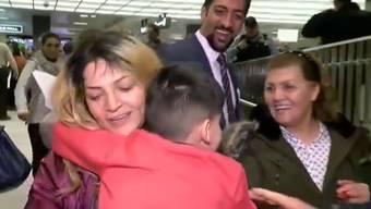 Wieder vereint: Die Mutter schliesst ihren Sohn am Flughafen Dulles bei Washington wieder in die Arme.