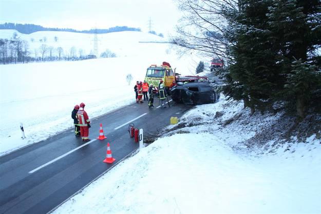 Schneebedeckte Strasse: Auto überschlug sich in Obergoldbach