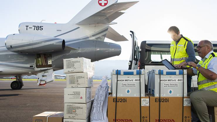 Einsatzkräfte des Schweizerischen Korps für humanitäre Hilfe (SKH) machen sich auf dem Flughafen Bern Belp bereit zum Abflug nach Sulawesi. Nach dem Vorausdetachement, schickt die Humanitäre Hilfe des Bundes heute ein weiteres Team mit fünf Expertinnen und Experten sowie 900 Kilo Material los.