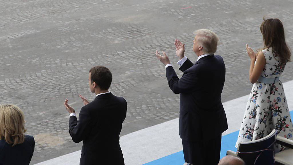 Stehende Ovation: US-Präsident Donald Trump schaut sich die Militärparade in Paris am 14. Juli, dem französischen Nationalfeiertag, an. (Archivbild)