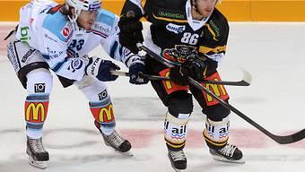 Rapperswils Heitzmann versucht Lugano-Star Klasen zu stoppen.