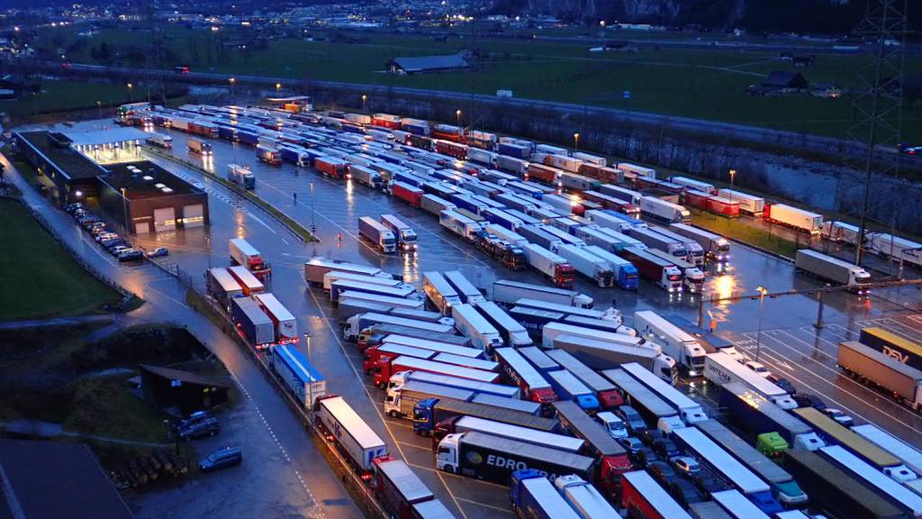 Schnee im Tessin sorgt für Lastwagenstau in Uri