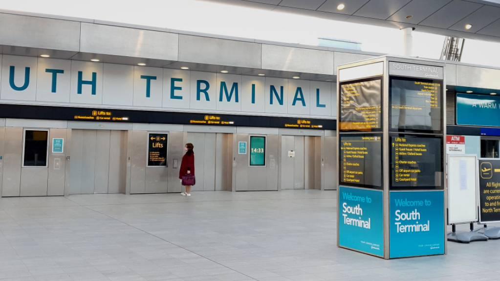 Eine Frau wartet im Süd-Terminal auf einen Aufzug im Flughafen Gatwick. Wegen der in Grossbritannien entdeckten neuen Variante des Coronavirus werden Flüge von dort nach Deutschland und in andere EU-Staaten weitgehend gestoppt.